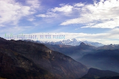 Le Mont-Blanc vu depuis les hauteurs de Joux-Plane. Proverbe latin : Žécoute, vois, et tais-toi, si tu veux vivre.