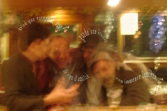 SoiréŽe emtre amis àˆ la CléŽmence, au Bourg-de-Four, ˆ Genève. (Christophe Oberson, Renaldo Gregori, Marcelino Camacho et Robert fred. Photo: Rudi le barman) Poème àˆ l\'amitiŽé.